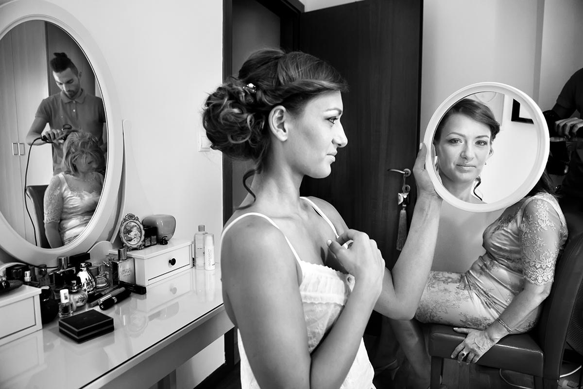 η φωτογράφηση γάμου της Αλεξάνδρας και του Alex ,ασπρόμαυρη φωτογραφία γάμου .η νύμφη κοιτάει μέσα από τον καθρέπτη το φωτογράφο γάμου