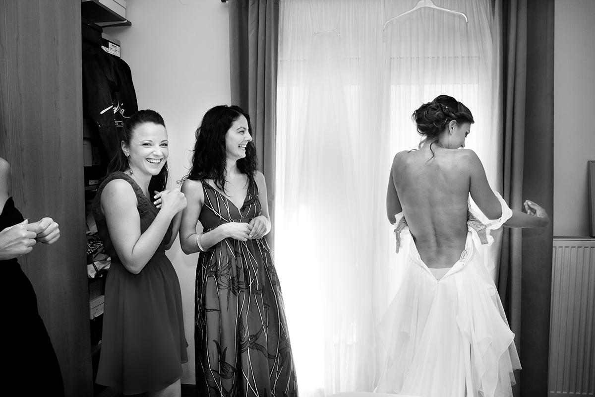 η φωτογράφηση του  γάμου της Αλεξάνδρας και του Alex ,φωτογραφία γάμου.η πλάτη της νύμφης