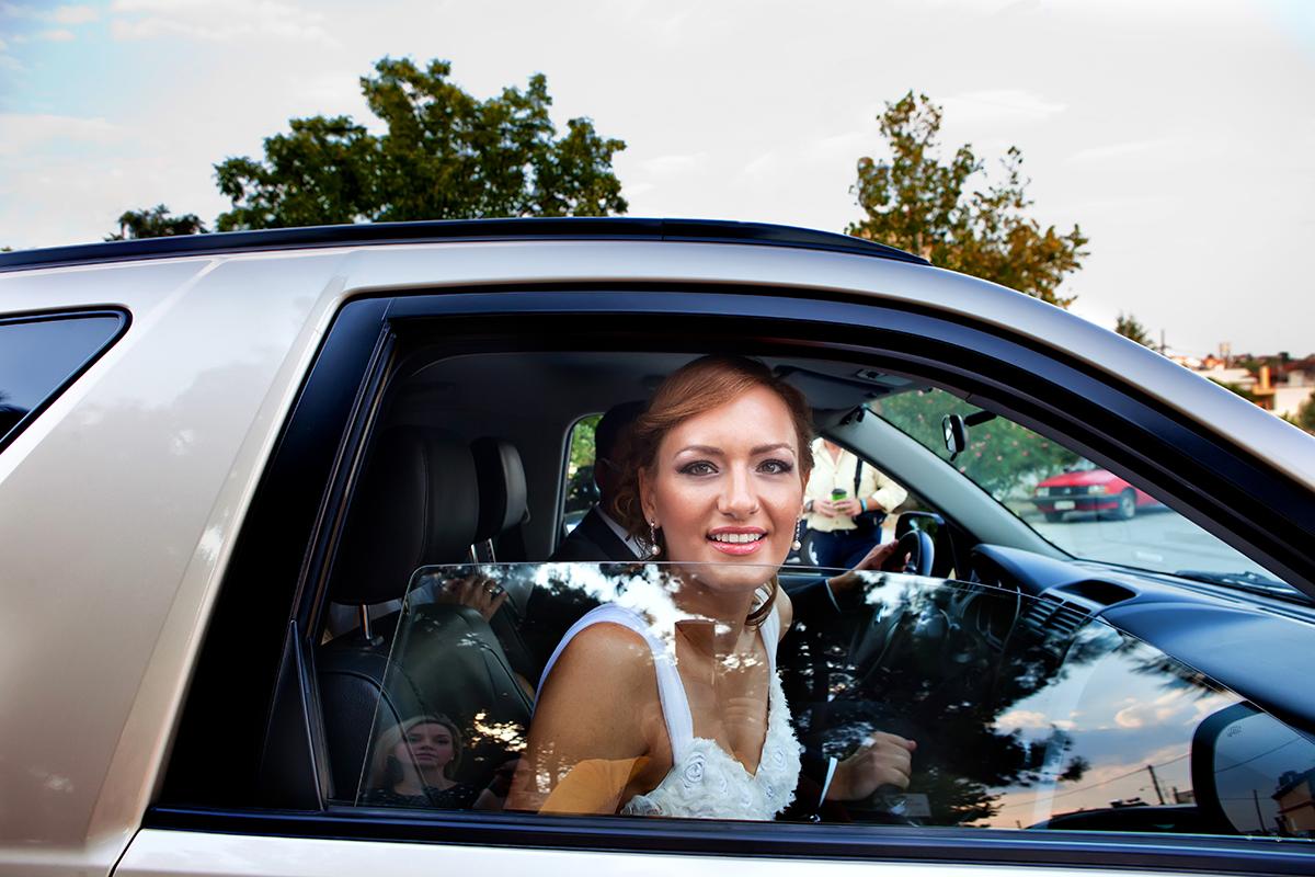η φωτογράφηση γάμου της Αλεξάνδρας και του Alex ,η νύμφη μέσα από το παράθυρο του αυτοκινήτου.φωτογραφία γάμου