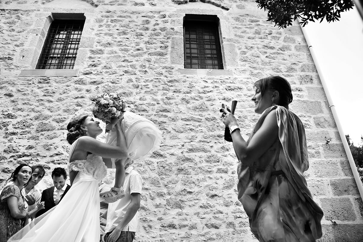η φωτογράφηση γάμου της Αλεξάνδρας και του Alex ,η νύμφη κρατά ψηλή ένα κοριτσάκι.φωτογραφικό απόσπασμα από γάμο στη Λάρισα