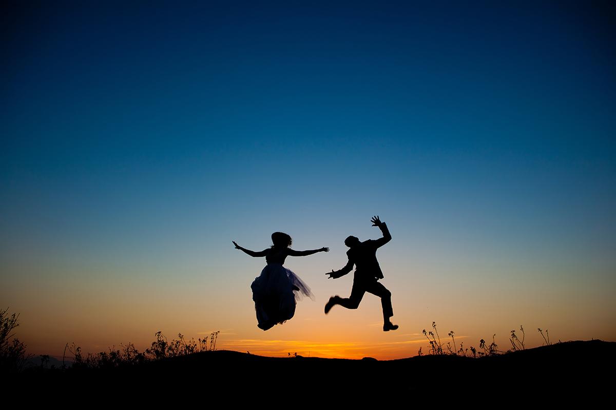 η φωτογράφηση γάμου της Αλεξάνδρας και του Alex.νεόνυμφοι πηδάν στον αέρα