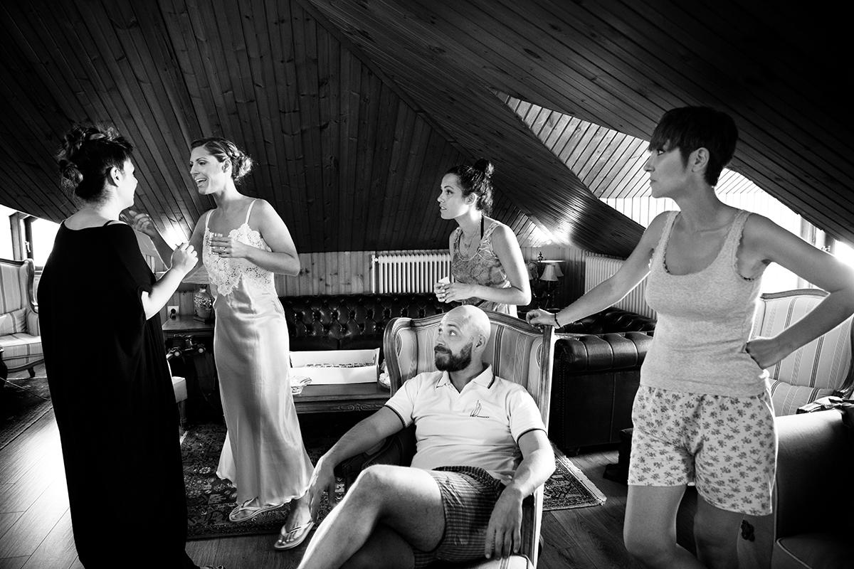 Η ξεχωριστή φωτογράφηση γάμου του Νικου και της Μαριας.ασπρόμαυρη φωτογραφία γάμου.ο αδελφός της νύφης με φίλους.