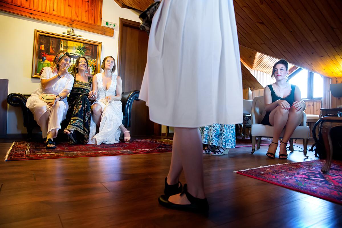 Η ξεχωριστή φωτογράφηση γάμου του Νικου και της Μαριας.πόδια επισκέπτη που κόβουν το φωτογραφικό κάδρο στη μέση.