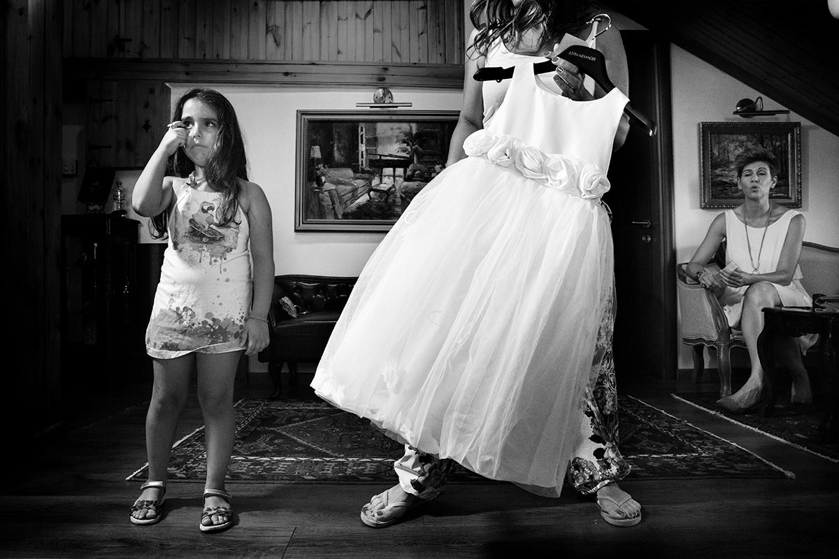 Η ξεχωριστή φωτογράφηση γάμου του Νικου και της Μαριας.παρανυφάκι πιάνει το μάτι του.δίπλα το φορεματάκι του.