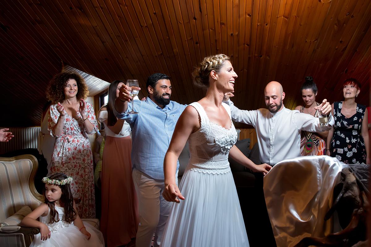 Η ξεχωριστή φωτογράφηση γάμου του Νικου και της Μαρια.η νύφη 'ετοιμη.χορεύει με τους φίλους της.ς