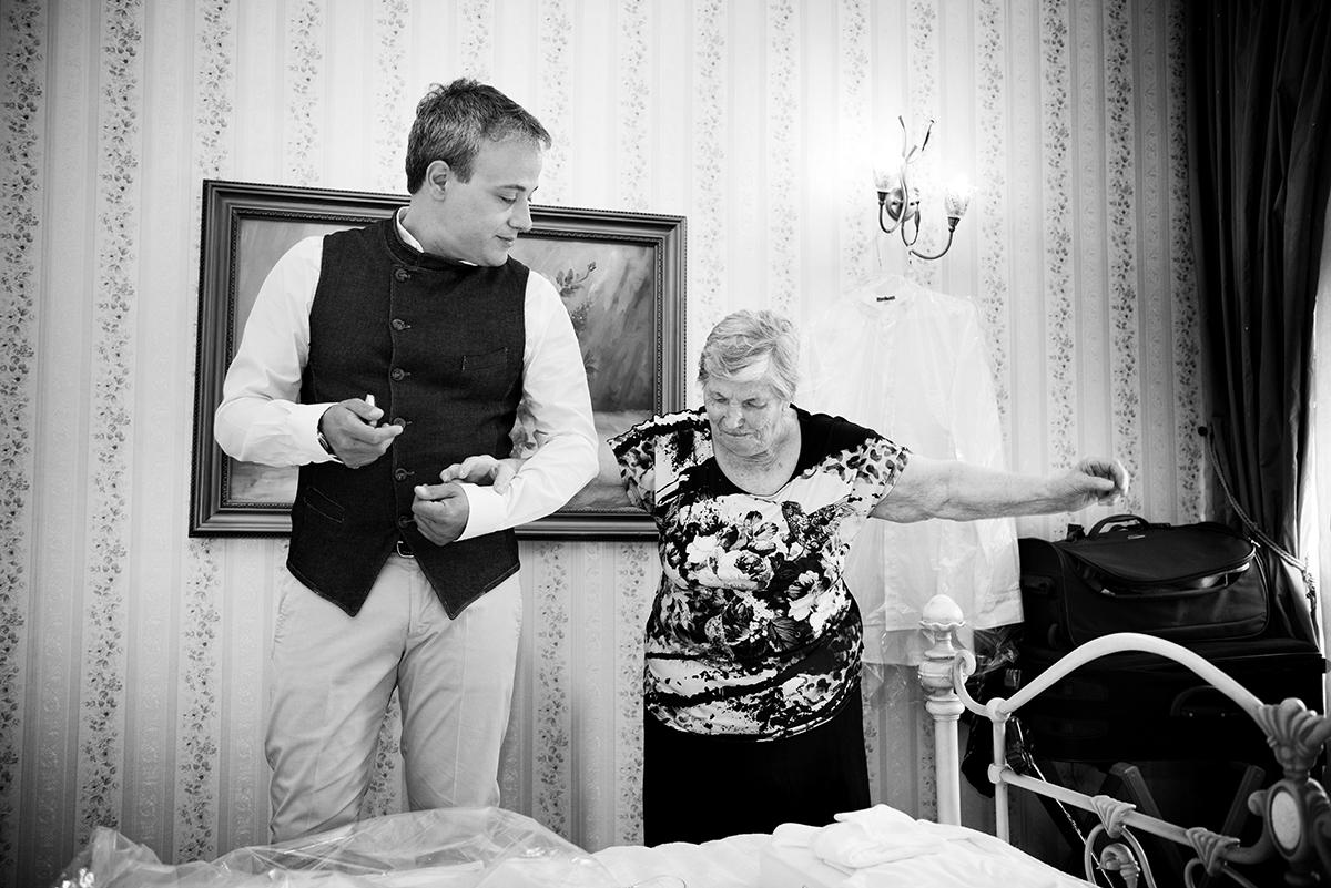 Η ξεχωριστή φωτογράφηση γάμου του Νικου και της Μαριας.η γιαγια του γαμπρού δείχνει χορευτικά βήματα