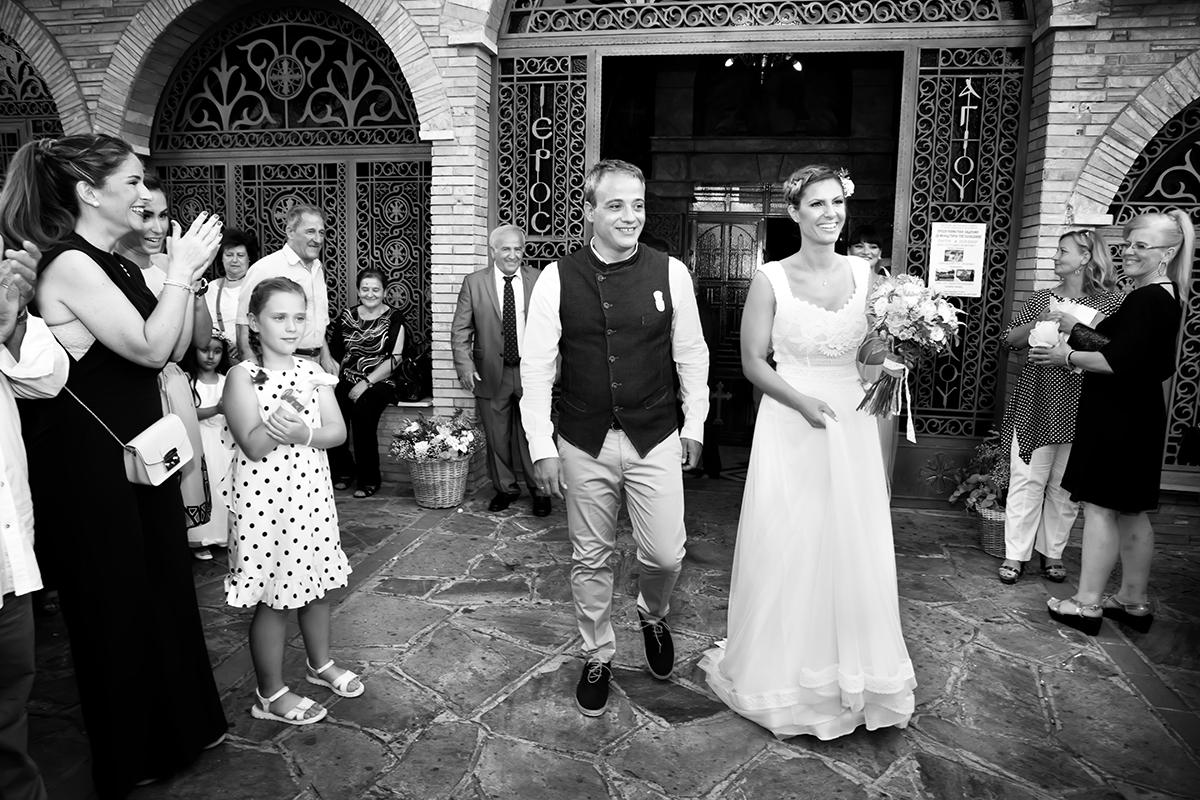 Η ξεχωριστή φωτογράφηση γάμου του Νικου και της Μαρια.έξω από την εκκλησία,ασπρόμαυρη φωτογραφία γάμους