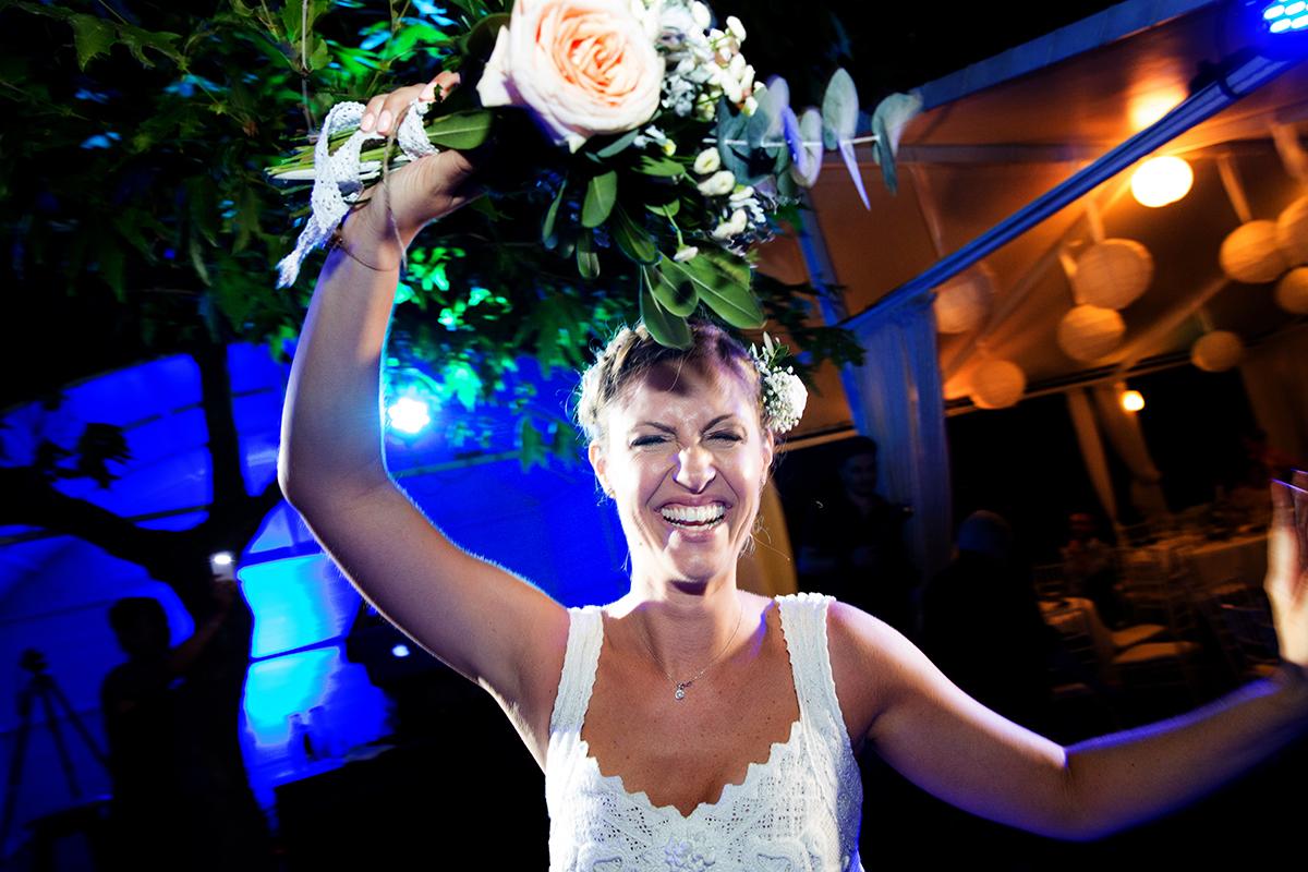 η ξεχωριστή φωτογράφηση γάμου της Μαρίας και του Νίκου.η νύμφη χορεύει με την ανθοδέσμη ,φωτογραφία γάμου