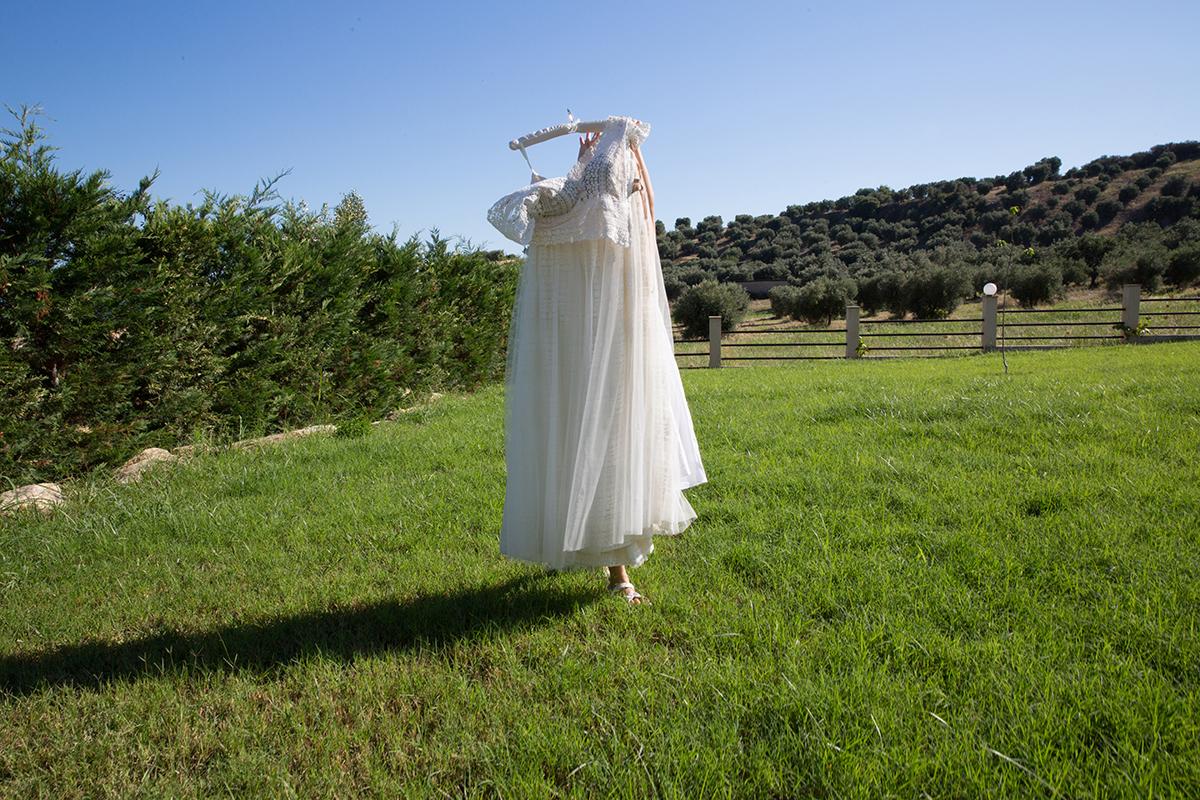 Ο γάμος της Ναυσικάς και του Σάββα. Φωτογράφιση γάμου.ένα νυφικό προχωρά