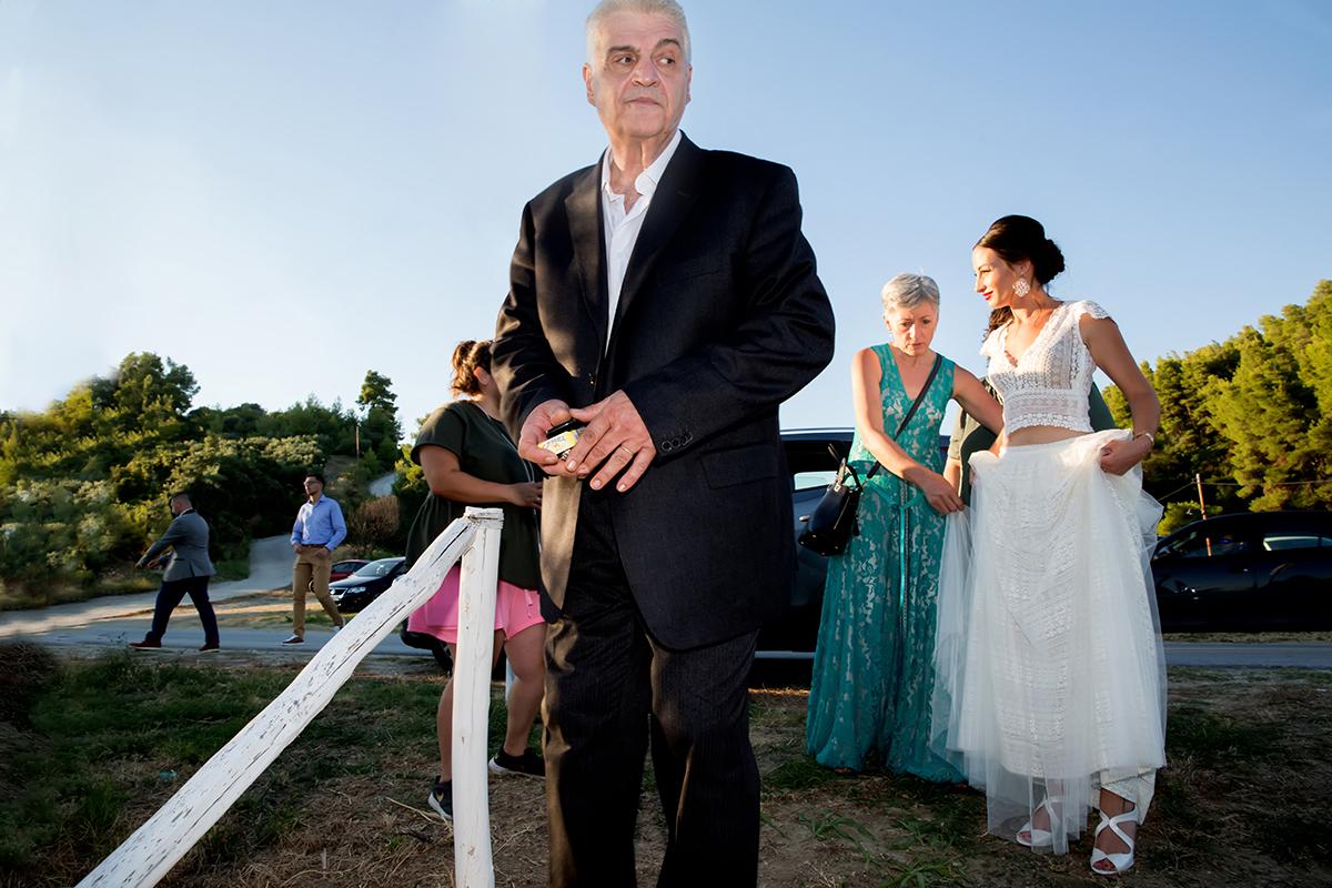 Ο γάμος της Ναυσικάς και του Σάββα. Φωτογράφιση γάμου.Ο πατέρας της νύφης κοιτάει λοξά.φωτογραφία πολιτικού γάμου