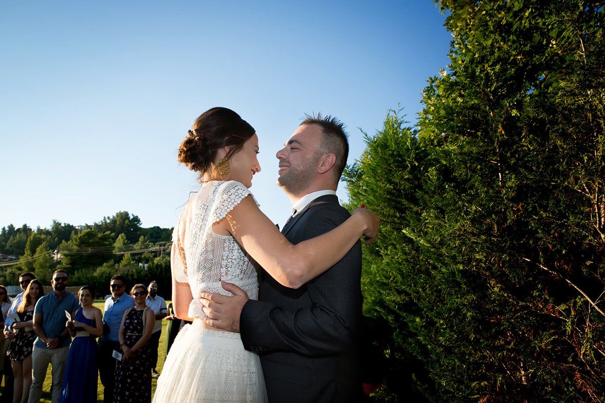 Ο γάμος της Ναυσικάς και του Σάββα. Φωτογράφιση γάμου.το ζευγάρι φιλιέται