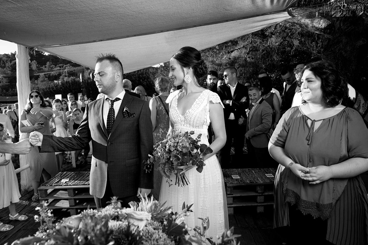 Ο γάμος της Ναυσικάς και του Σάββα. Φωτογράφιση γάμου.ασπρόμαυρη φωτογραφία από πολιτικό γάμο στη Χαλκιδική