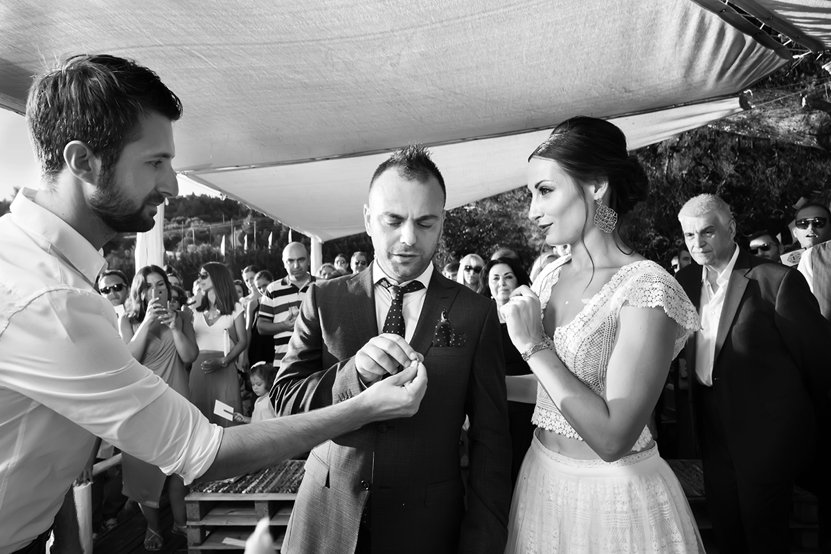 Ο γάμος της Ναυσικάς και του Σάββα. Φωτογράφιση γάμου.απόσπασμα από πολιτικό γάμο.ο κουμπάρος δίνει τις βέρες στο γαμπρό