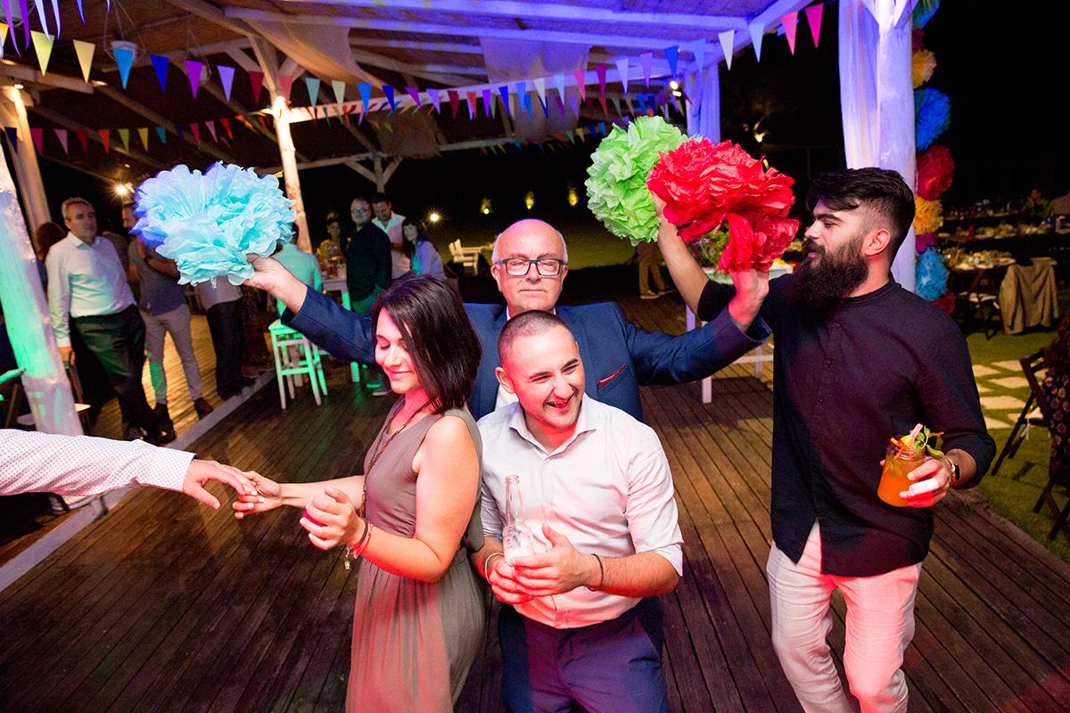 Ο γάμος της Ναυσικάς και του Σάββα. Φωτογράφιση γάμου.φωτογραφία από την δεξίωση.Ο πατέρας του γαμπρού χορεύει με φίλους .