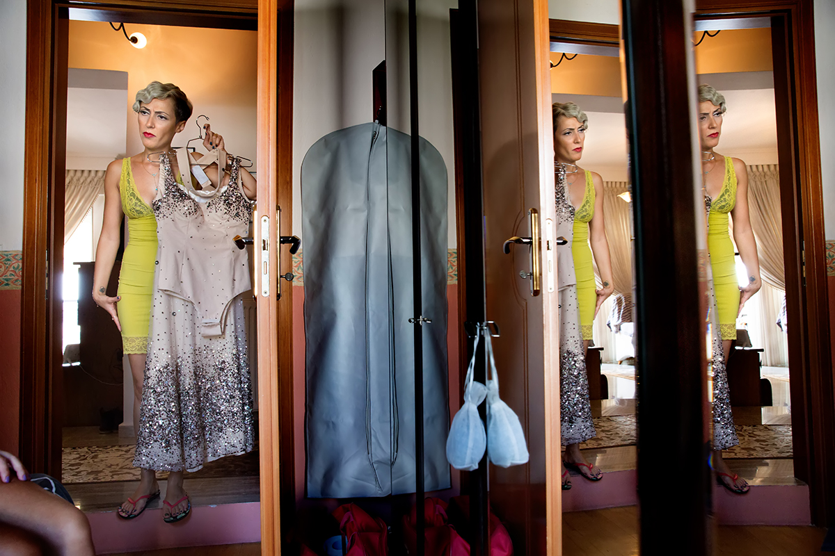 η φωτογραφία γάμου της νενας και του αποστολη,αντικατοπτρισμός της νύμφης στη ντουλάπα από φωτογραφία γάμου