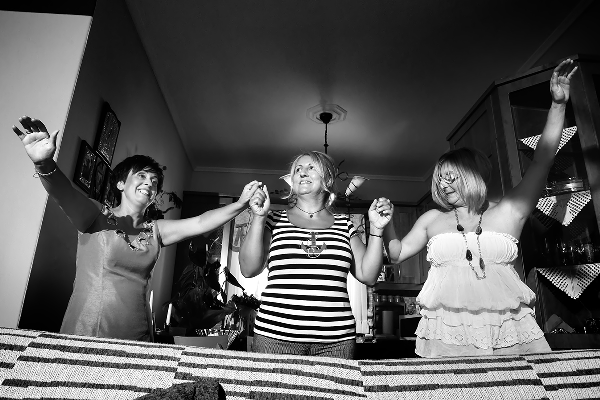 η φωτογραφία γάμου της νενας και του αποστολη,η μητέρα της νύμφης χορεύει με φίλες στο σαλόνι για το γάμο της κόρης της
