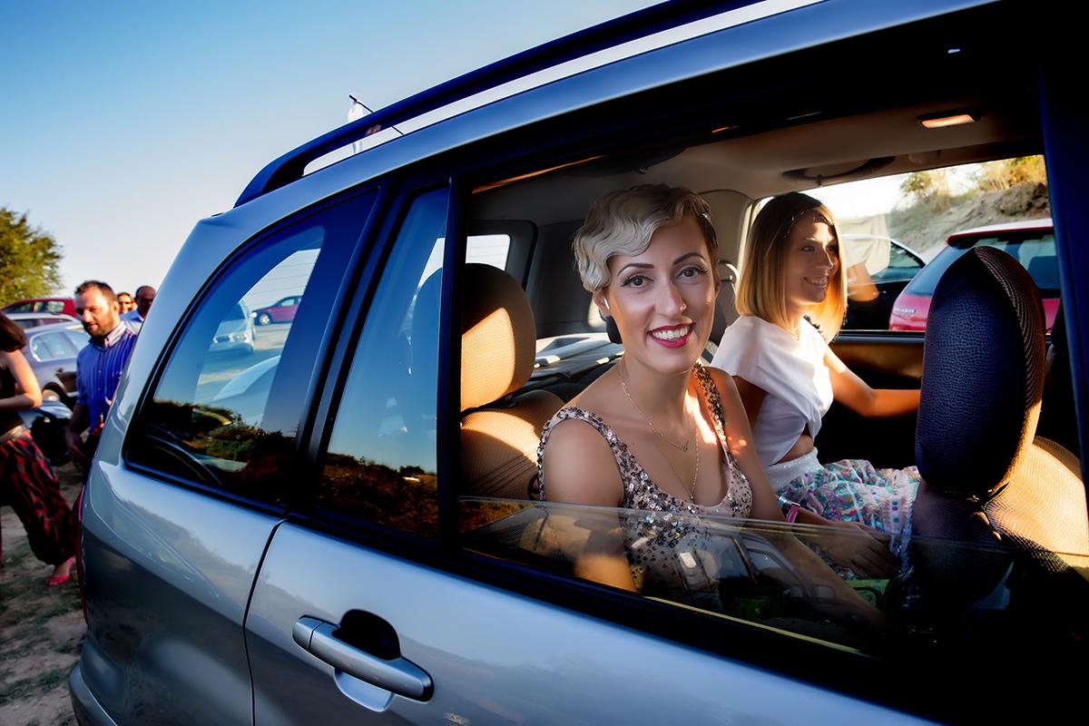 η φωτογράφηση γάμου του Αποστόλη και της Νένας,η νύμφη μέσα στο αμάξι ,χαμογελά στο φωτογράφο γάμου