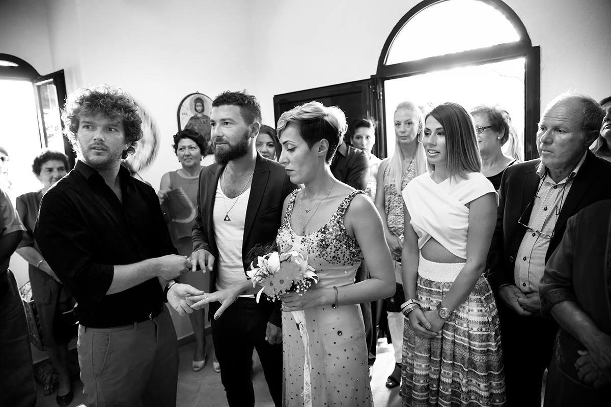 η φωτογράφηση γάμου του Αποστόλη και της Νένας,αλλάζουν τις βέρες από φωτογραφία γάμου