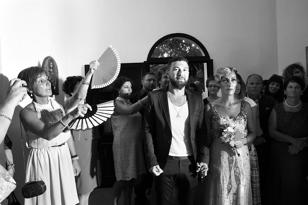 η φωτογράφηση γάμου του Αποστόλη και της Νένας.το ζεύγος καθώς μπαίνει στην εκκλησία.ασπρόμαυρη φωτογραφία γάμου