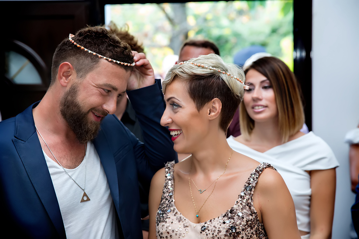 η φωτογράφηση γάμου του Αποστόλη και της Νένας.αλλάζουν τα στέφανα.αναμνηστική φωτογραφία γάμου