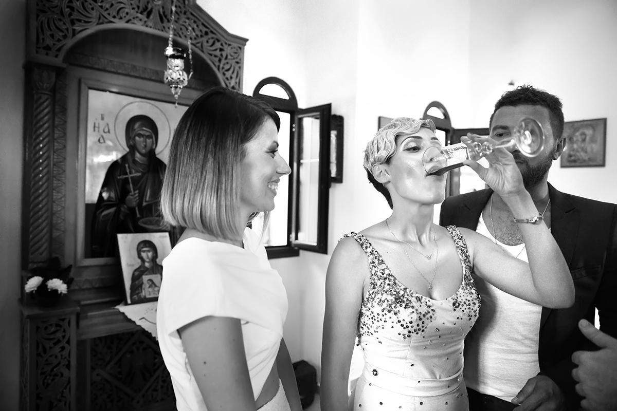 η φωτογράφηση γάμου του Αποστόλη και της Νένας.η νύφη πίνει όλο το κρασί.ασπρόμαυρη φωτογραφία γάμου