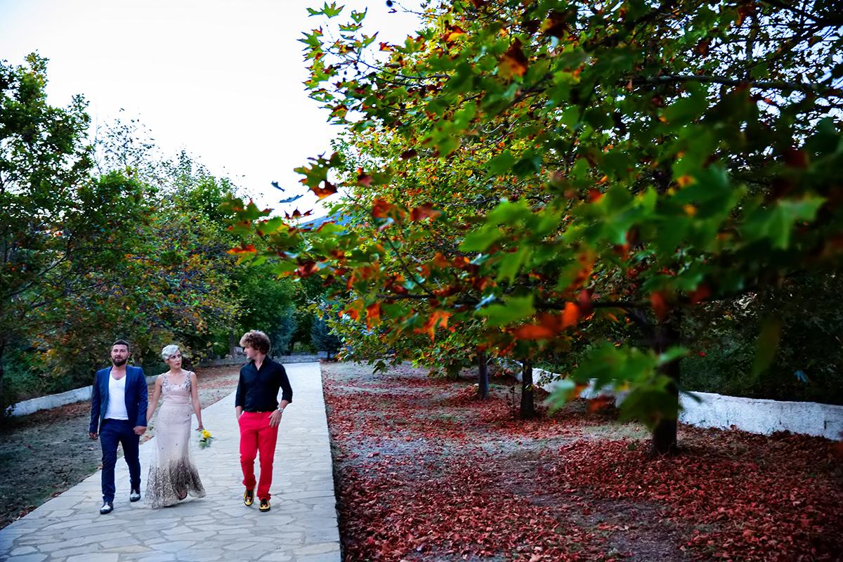 η φωτογράφηση γάμου του Αποστόλη και της Νένας,φεύγοντας από την εκκλησία, φωτογραφία γάμου