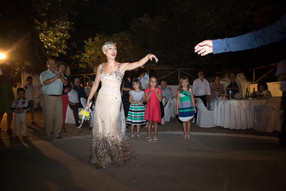 η φωτογράφηση γάμου  του Αποστόλη και της Νένας.φωτογραφία γάμου.νύφη και γαμπρός χορεύουν