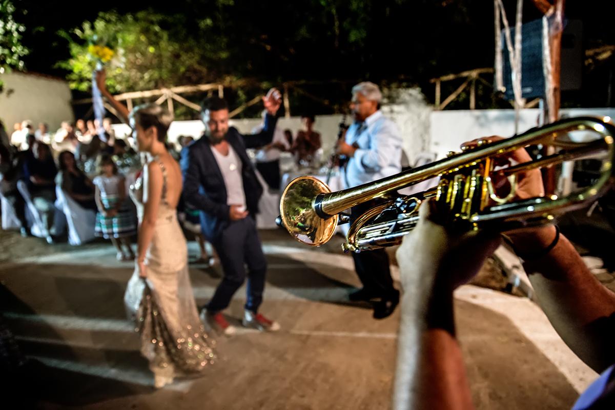 η φωτογράφηση  γάμου του Αποστόλη και της Νένας.τρομπέτα πρώτο πλάνο,νεόνυμφο ζευγάρι ,φλου ,χορεύει από φωτογραφία γάμου