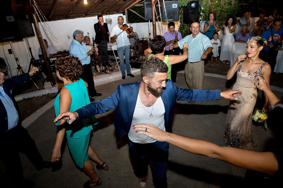 η φωτογράφηση  γάμου του Αποστόλη και της Νένας.γαμπρός χορεύει.αναμνηστική φωτογραφία γάμου