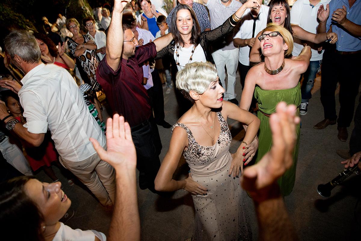 η φωτογράφηση γάμου του Αποστόλη και της Νένας.ο χορός ,φωτογραφία γάμου