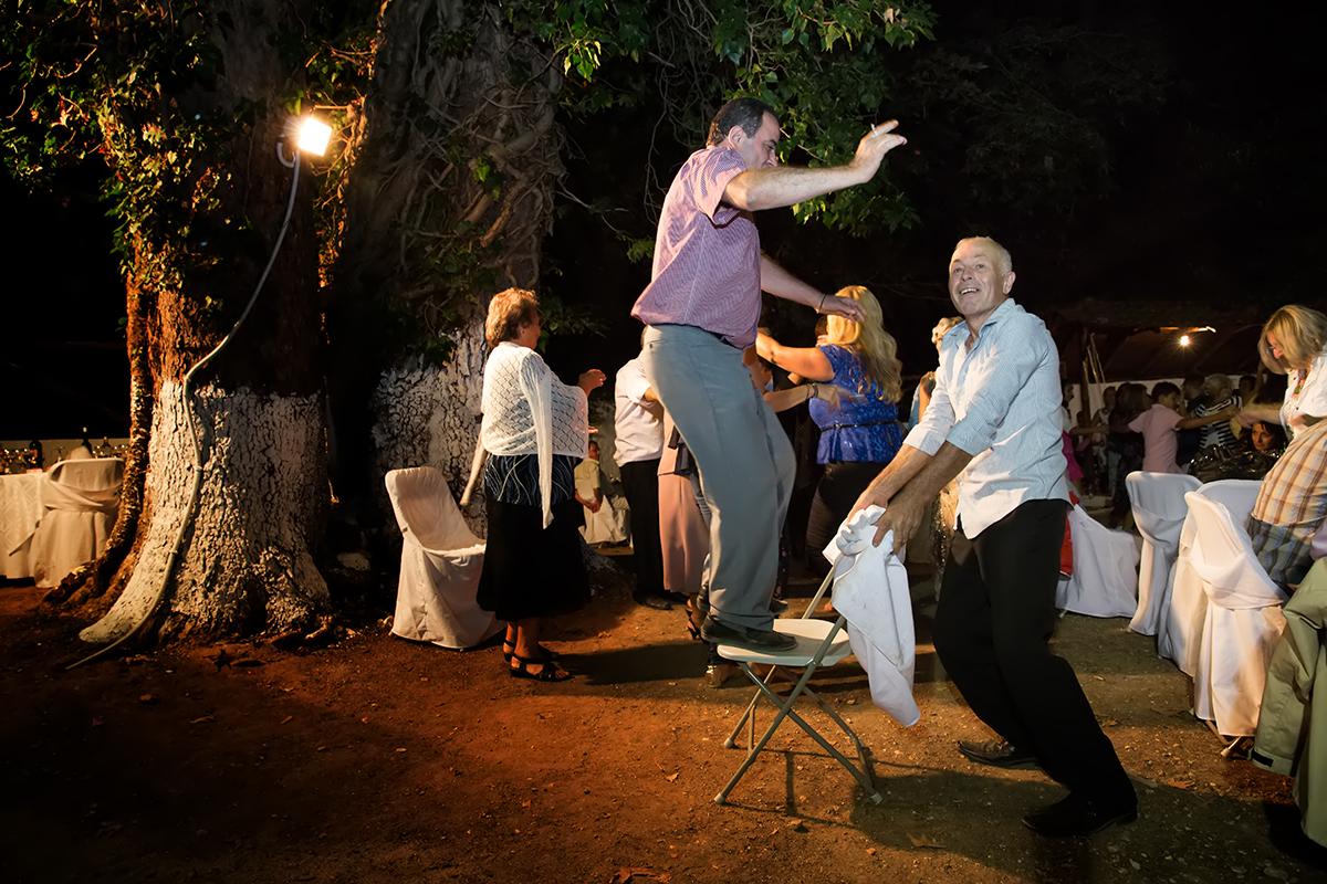 Η φωτογράφηση γάμου του Αποστόλη και της Νένας,φωτογραφία γάμου σε χωριό.Δυο μεσήλικες χορεύουν.