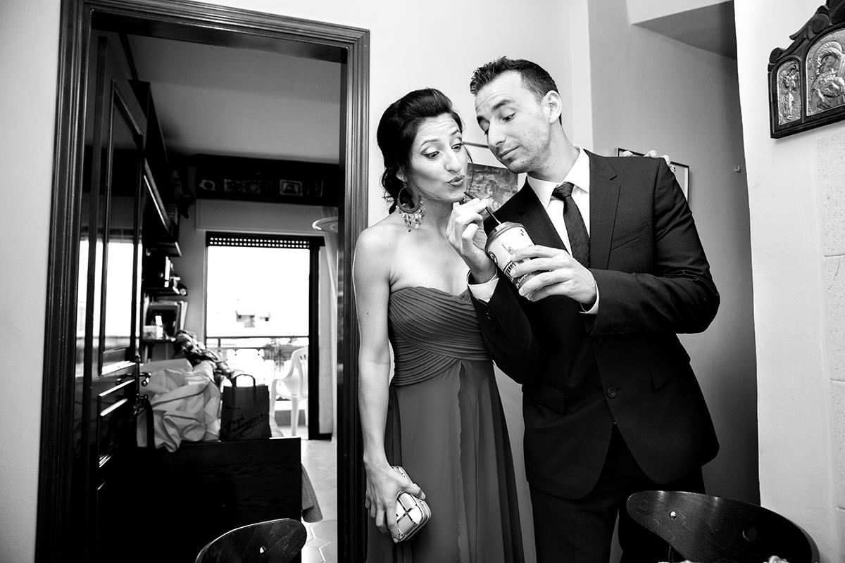 ο αδελφός της νύφης και η σύντροφός του πίνουν καφέ από τα mikel,φωτογραφία γάμου.Ο γάμος της Ροζμαρί και του Μάκη