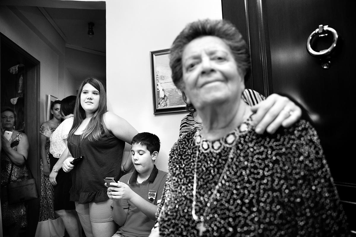 φωτογραφία γάμου.Ο γάμος της Ροζμαρί και του Μάκη.ασπρόμαυρη φωτογραφία γάμου από την όμορφη πόλη της θεσσαλονίκης.η γιαγια χαμογελάει.