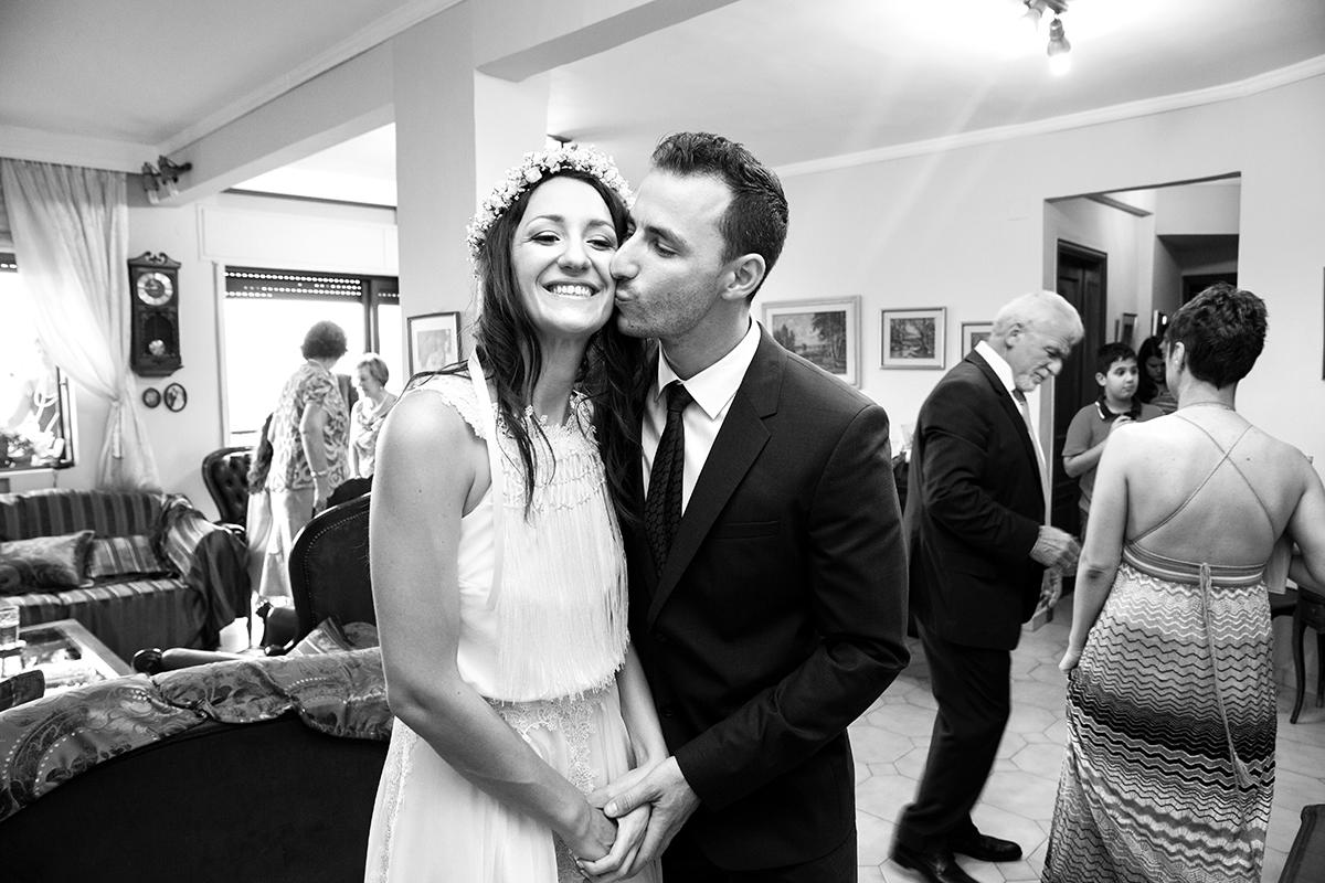φωτογραφία γάμου.Ο γάμος της Ροζμαρί και του Μάκη,ασπρόμαυρη φωτογραφία γάμου ,ο αδελφός φιλάει στο μάγουλο τη νύφη.από φωτογράφιση γάμου στην πόλη της θεσσαλονίκης.