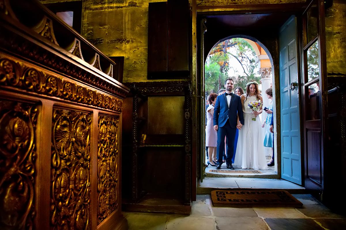 φωτογραφία γάμου.Ο γάμος της Ροζμαρί και του Μάκη.είσοδος του ζευγαριού στην εκκλησία.μονή βλατάδων θεσσαλονίκης.φωτογράφιση γάμου