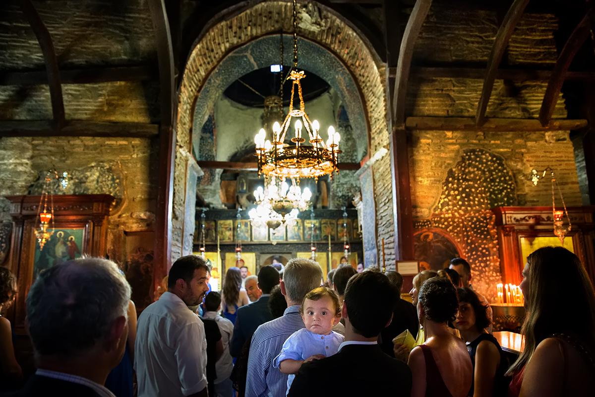 φωτογραφία γάμου.Ο γάμος της Ροζμαρί και του Μάκη.μικρός κοιτάει το φακό .φωτογράφιση γάμου από τη θεσσαλονίκη.