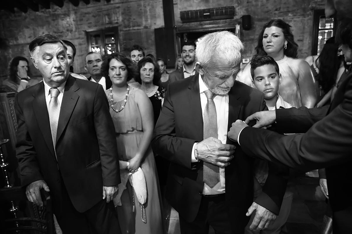 φωτογραφία γάμου.Ο γάμος της Ροζμαρί και του Μάκη.οι δυο συμπέθεροι .φίλος φτιάχνει το μαντήλι,ασπρόμαυρη φωτογραφία γάμου.φωτογράφιση γάμου στη θεσαλονίκη.
