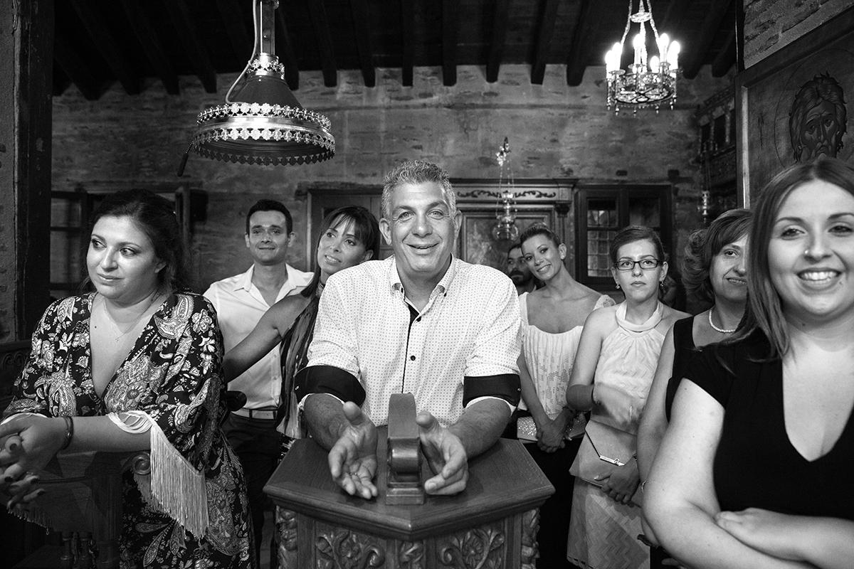 φωτογραφία γάμου.Ο γάμος της Ροζμαρί και του Μάκη.φίλοι και γνωστοί.ασπρόμαυρη φωτογραφία γάμου στη μονή Βλατάδων της Θεσσαλονίκης.