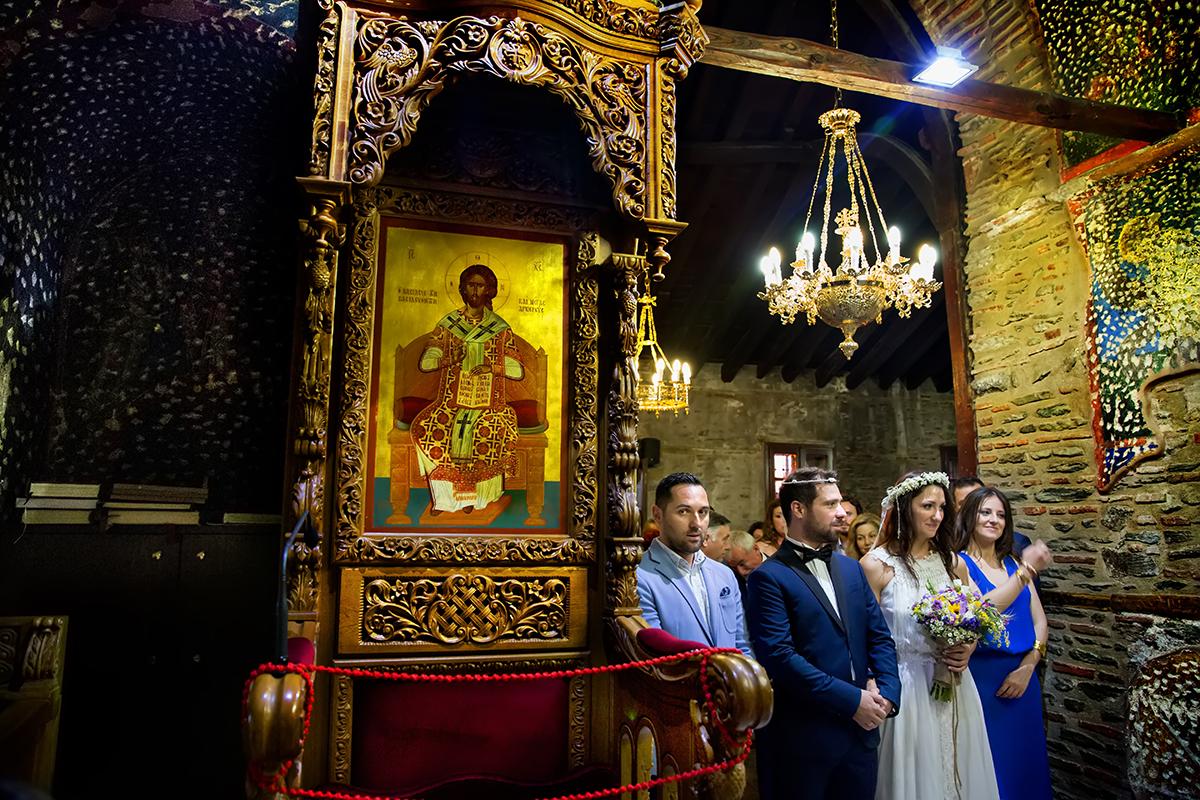 φωτογραφία γάμου.Ο γάμος της Ροζμαρί και του Μάκη.το ζεύγος και οι κουμπαροι στα δεξιά του φωτογραφικού κάδρου .Αριστερά η αγιογραφία του Χριστού.Φωτογραφία γάμου από τη θεσσαλονίκη.