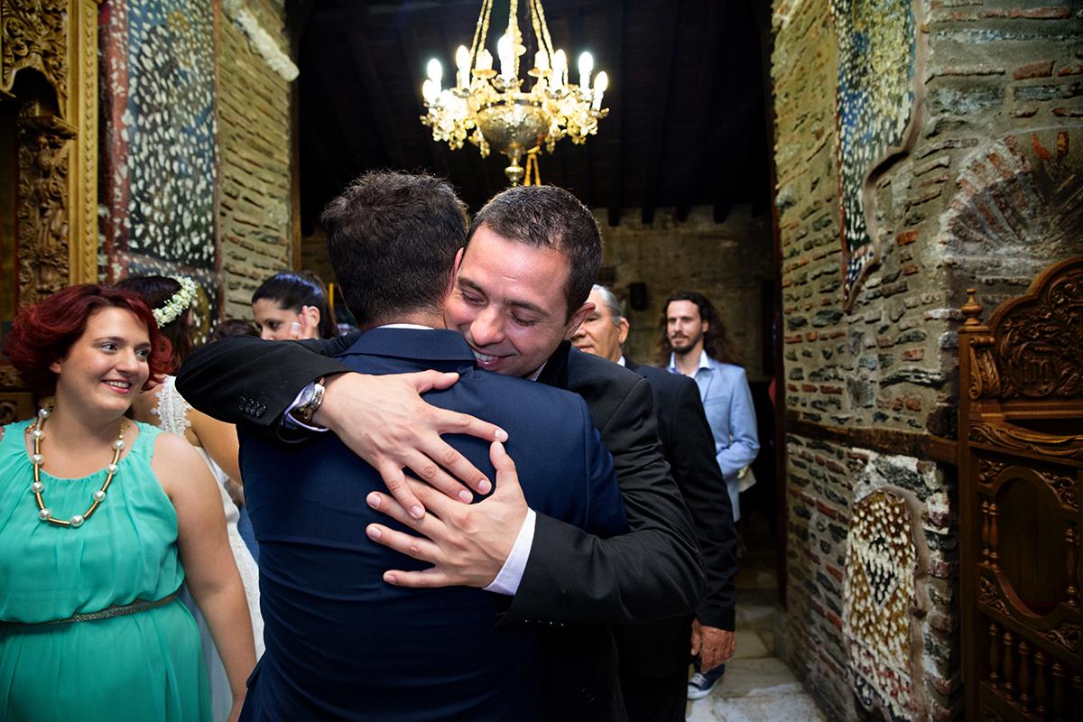 φωτογραφία γάμου.Ο γάμος της Ροζμαρί και του Μάκη.ο αδελφός του γαμπρού τον αγγαλιάζει.φωτογράφιση γάμου στη θεσσαλονίκη .