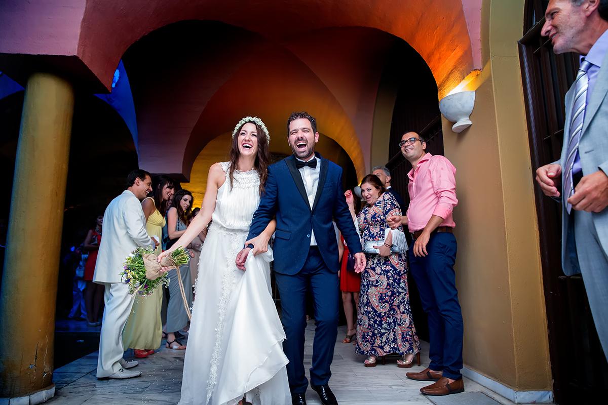 φωτογραφία γάμου.Ο γάμος της Ροζμαρί και του Μάκη.η έξοδος του νεόνυμφου ζευγαριού απο την εκκλησία στην μονή βλατάδων φωτογράφιση γάμου στην μονή Βλατάδων της θεσσαλονίκης.