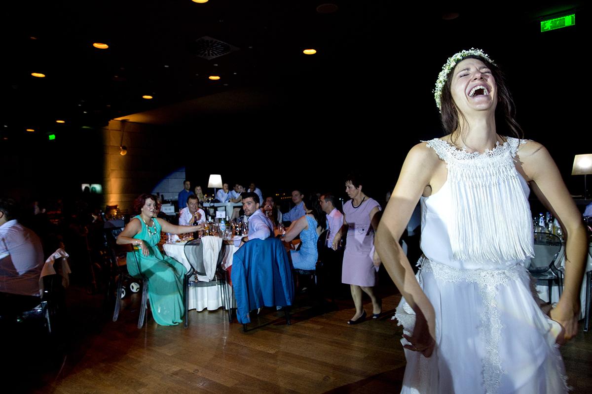 ο φωτογράφος γάμου έπιασε το χαμόγελο.η νύφη γελάει .φωτογραφία από τη γαμήλια δεξίωση.φωτογραφία από γάμο στη θεσσαλονίκη.φωτογραφία γάμου από το μέγαρο μουσικής της θεσσαλονίκης