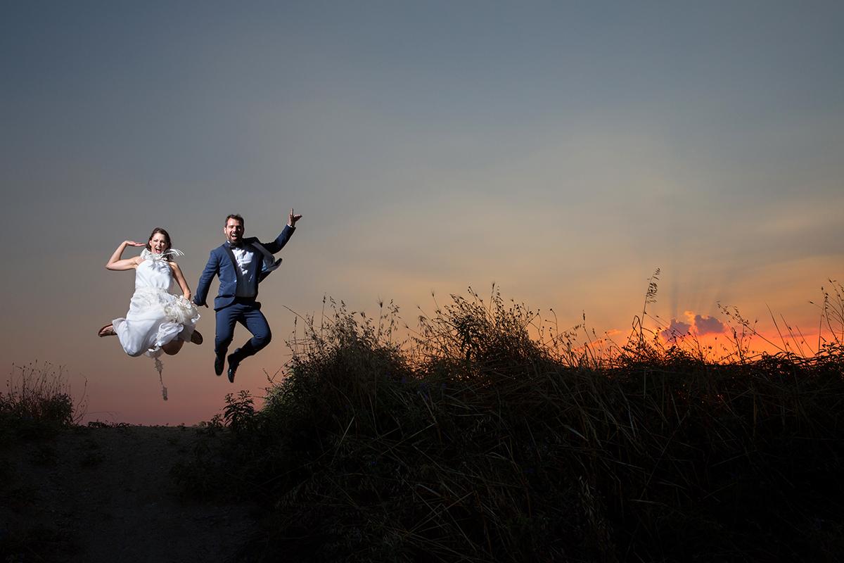 φωτογράφηση γάμου στη Θεσσαλονίκη.φωτογραφία γάμου στη θεσσαλονίκη.ζευγάρι πηδάει ψηλά.