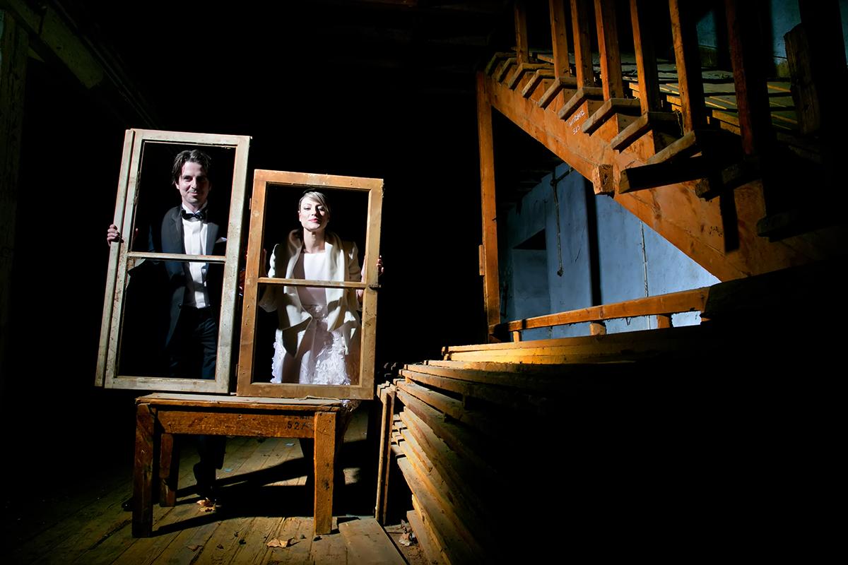 φωτογράφηση πολιτικού γάμου ,φωτογράφος γάμου από θεσσαλονίκη ,φωτογράφιση γάμου μέσα σε καπναποθήκη