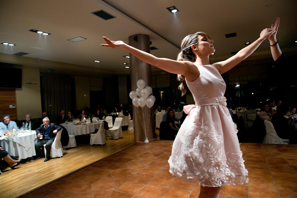 φωτογράφηση πολιτικού γάμου ,η νύφη χορεύει ζειμπέκικο ,φωτογράφος γάμου από θεσσαλονίκη
