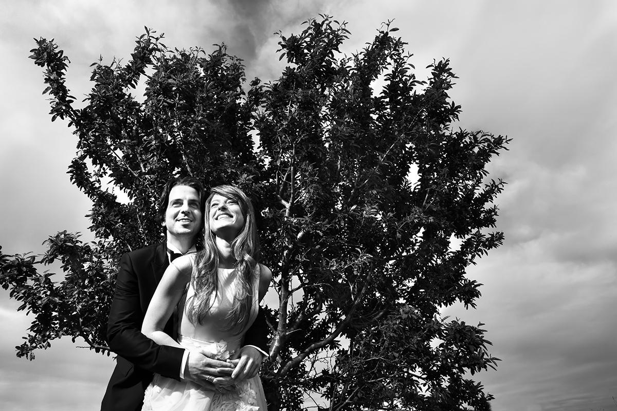 φωτογράφηση πολιτικού γάμου ,το ζευγάρι αγκαλιασμένοι , φωτογράφος πολιτικού γάμου