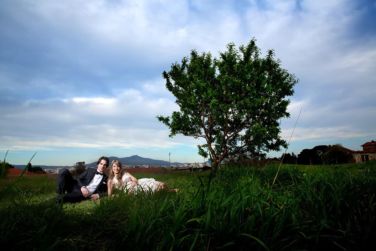 φωτογραφία πολιτικού γάμου ,το ζευγάρι κάτω από δέντρο