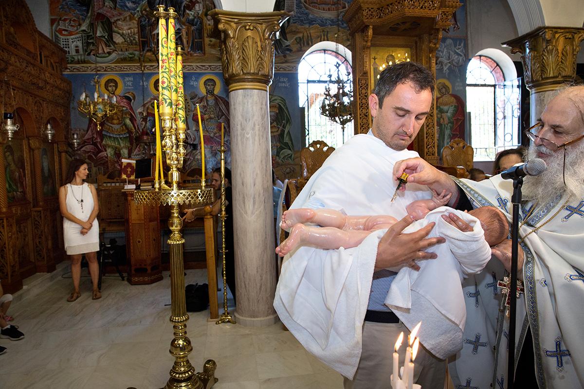 φωτογράφιση βάπτισης. Το λάδωμα.